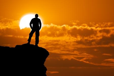 bergbeklimmen: Man op de top van de berg Conceptueel ontwerp Stockfoto