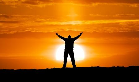 남자와 큰 태양의 실루엣입니다. 개념적 장면.