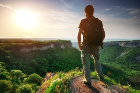 stijger: Man op de top van de berg