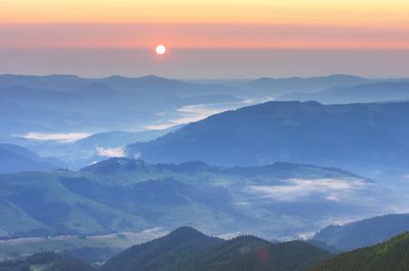 sol naciente: Paisaje de montaña. Composición de la naturaleza. Foto de archivo
