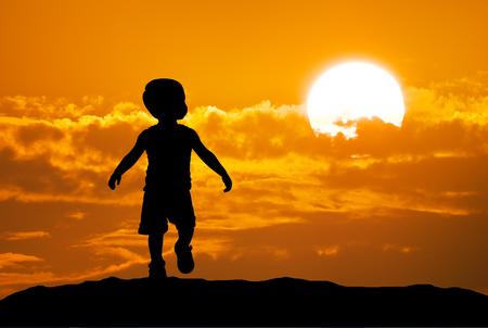niños caminando: Silueta del bebé en el fondo del cielo. Foto de archivo