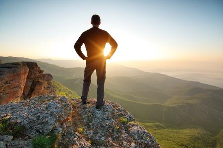 Muž na vrcholu hory. Koncepční scény. Reklamní fotografie