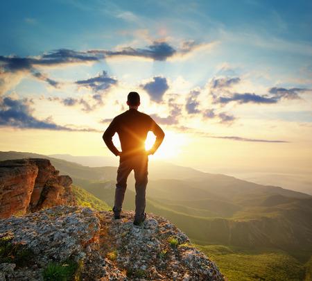 Man op de top van de berg. Conceptuele scene. Stockfoto