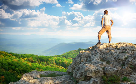 personas orando: Hombre en la cima de la montaña. Elemento de diseño.