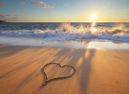 simbolo paz: Coraz�n en playa. Composici�n rom�ntico.