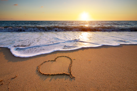ragazza innamorata: Cuore sulla spiaggia. Composizione romantico. Archivio Fotografico