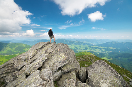 Man op piek van de berg. Conceptuele ontwerp.