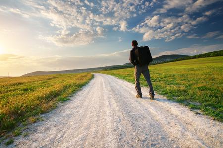 persona viajando: Persona caminar sobre el carril de la carretera. Viajar y turismo escena.