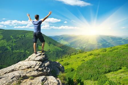 climber: Man op de piek van de berg. Emotionele scène.