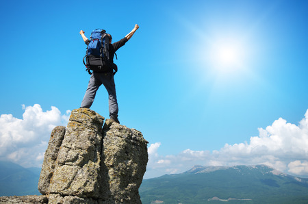 escalando: Hombre en el pico de la montaña. Escena emocional. Foto de archivo