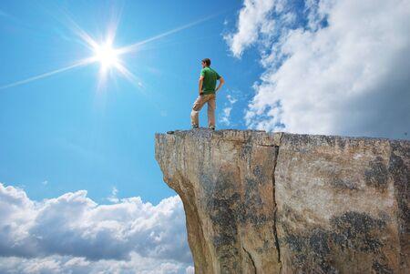 Hombre en el borde de la montaña. Conceptual escena. Foto de archivo