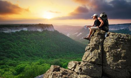 Man op de top op de berg
