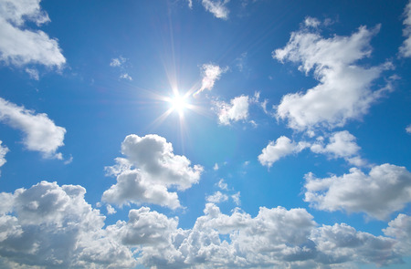 Profondo cielo azzurro e sole estivo. Airscape Natura. Archivio Fotografico - 60480748