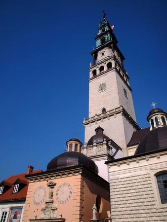 ポーランド、チェンストホヴァのヤスナの強羅の修道院の他の建物の間でタワーします。 写真素材