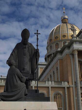 地衣、ポーランドで神社のマリアンで教皇ヨハネ Paul 2 世の像 写真素材