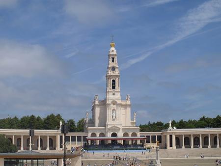 ポルトガルと彼女の大きな青い空にファティマのロザリオの聖母の聖堂 写真素材 - 10900459