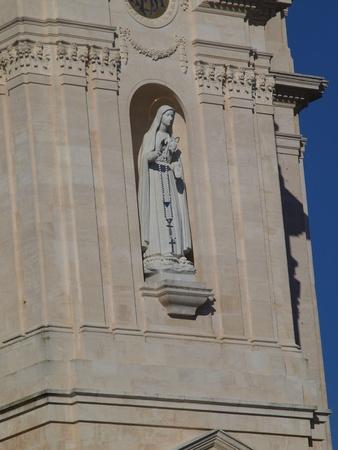 arrepentimiento: imagen de Nuestra Señora del Rosario en la parte frontal de la basílica en Fátima, Portugal