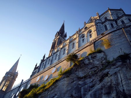 immaculate: Bas�lica de la Inmaculada Concepci�n Masabelsk? sobre la gruta en Lourdes, Francia Editorial