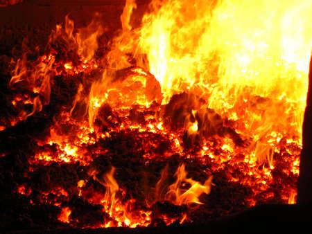 쇠 격자: 보일러로 쇠의 불꽃, 열려있는 맨홀을 통해보기 스톡 사진
