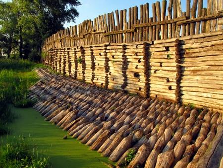 ポーランドの Biskupin の古い村の防御的な壁のフラグメント 写真素材