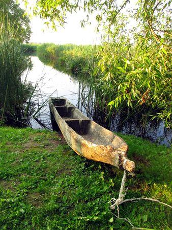 1 つのログ、ポーランド Biskupin の考古学博物館の一部の古い木造船 写真素材 - 14889889