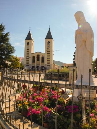 peregrinación: iglesia y la estatua de la Virgen en Medjugorje, un lugar de peregrinaci�n de todo el mundo en Bosnia y Hecegowinie Foto de archivo