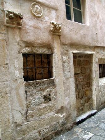 unmarried: lugar en Dubrovnik, donde desde el siglo 15 como una de las primeras en Europa, fue la escotilla beb� y un orfanato con la cita de inscripci�n en lat�n del Salmo 39 vers�culo 4 Aqu�, una mujer puede salir hijo no deseado que naci� Editorial