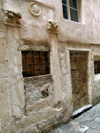 salmo: posto a Dubrovnik, dove dal 15 � secolo, come uno dei primi in Europa, � stato il portello bambino e un orfanotrofio con la citazione latina scritta dal Salmo 39 versetto 4 Qui, una donna poteva lasciare il bambino non desiderato che � nato
