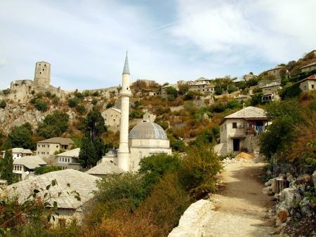 バルカン半島でのボスニアおよびヘルツェゴビナのそびえるの著名なモスクのある旧市街のフラグメント 写真素材