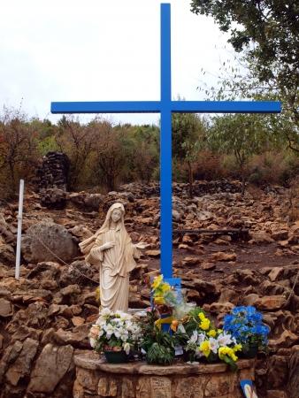 聖母マリアの亡霊の代わりの青い十字はメジュゴリエの Crnica の近くの丘のふもとに Podbrdo と呼ばれる