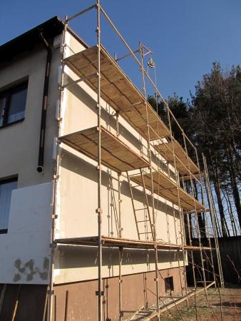 polea: Una polea de edad con cable utilizado para la renovaci?n de la fachada del edificio Foto de archivo