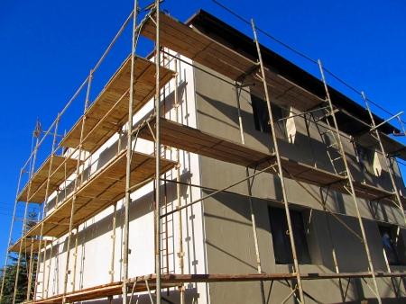 pulley: Una polea de edad con cable utilizado para la renovaci?n de la fachada del edificio Foto de archivo