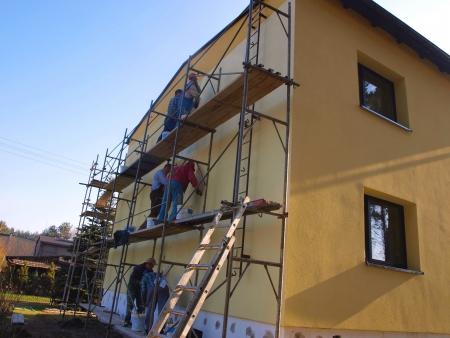 修理や工事、戸建建物のファサードの石膏を足場の手動でのアプリケーション