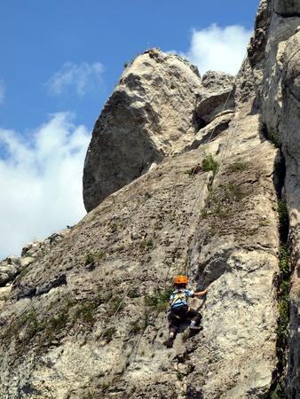 supervisi�n: escalada ejercicio desde temprana edad, un chico joven que practica la escalada en la roca bajo la supervisi�n de su padre Foto de archivo