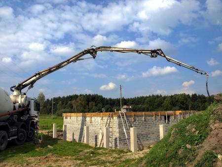 トラック ミキサー ポンプ家を建てたコンクリート スラブの打設する準備中です。
