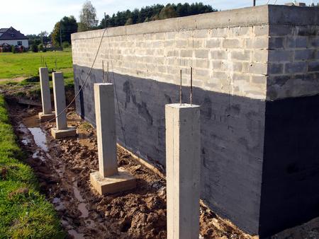 作られた建物の水分の基礎壁に対して絶縁材か?粘土土のためのコンクリート ブロック 写真素材 - 32277050