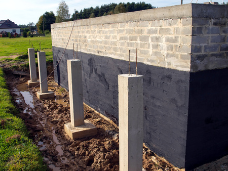 insulation against moisture foundation wall of the building made ??of concrete blocks for the clay soil Imagens