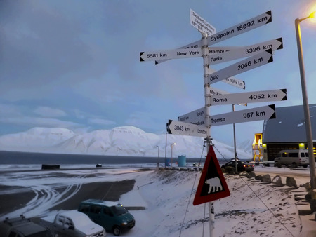 apparent: Pole with directional plaques near the Svalbard Longyear airport farthest north of the airport in the Arctic with the apparent distance to the North Pole Stock Photo