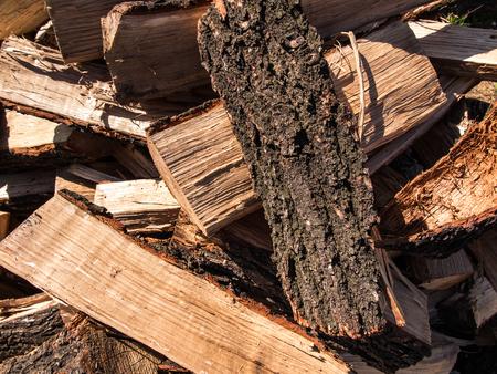 biomasa: roble cortado en piezas como combustible, la biomasa