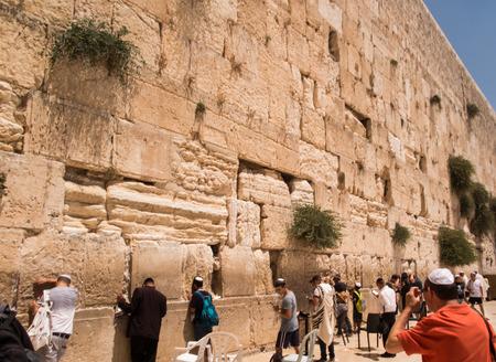 kotel: JERUSALEM - Juli 15: Jewish prayers and pilgrims beside Western Wall Juli 15, 2015 in Jerusalem, Israel.