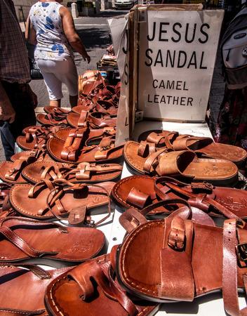 robo: sandalias hechas de piel de camello, llamado sandalias de Jesús expuestos a la venta en una tienda en el camino a la Tierra Santa, Israel Foto de archivo