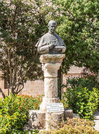 vi: MOUNT TABOR, ISRAEL, July 10, 2015: Statue of Pope Paul VI on Mount Tabor, Israel Paul VI was at the top on January 5, 1964 Editorial