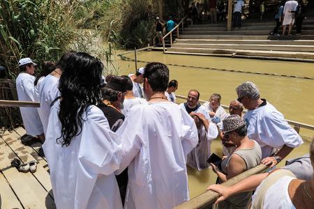 baptize: YERICHO, ISRAEL - JULY 14, 2014: Chrzest w wodach Jordanu w miejscu chrztu Jezusa Qasr el Yahud near Yericho, Israel
