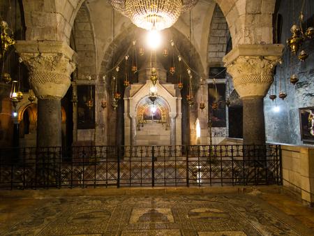 arrepentimiento: Jerusal�n, ISRAEL - 15 de julio de 2015: Una de las capillas dentro de la bas�lica del Santo Sepulcro en Jerusal�n, Israel Editorial