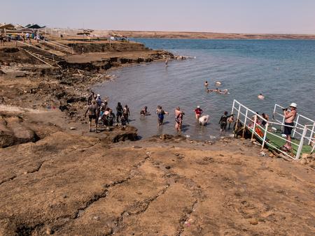 Dead Sea, Israel - Juli 14: Baden Sole und Schlamm im Toten Meer, Israel Juli 14, 2015.