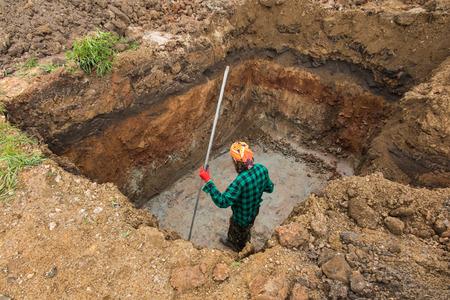 excavación y nivelación de la parte inferior de la salida del tanque séptico patio trasero Foto de archivo