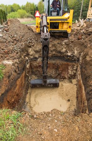 掘りと裏庭浄化槽流出の下部を平準化 写真素材