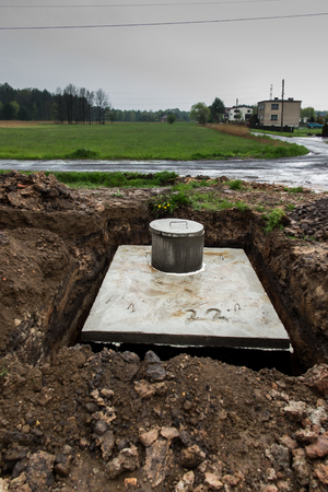 plumb: insert concrete septic septic tank to earlier dug down Stock Photo