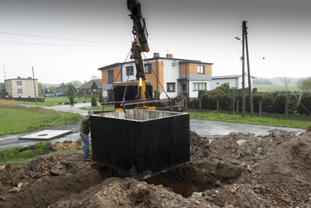 以前掘りましたにコンクリート浄化槽浄化槽を挿入します。