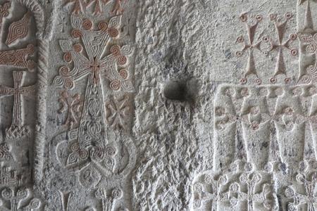 Croix de pierre arménienne traditionnelle et rochers autour du monastère de Geghard en Arménie Banque d'images - 89413335